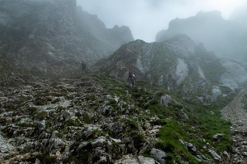 La fin de la montée se fait dans le brouillard